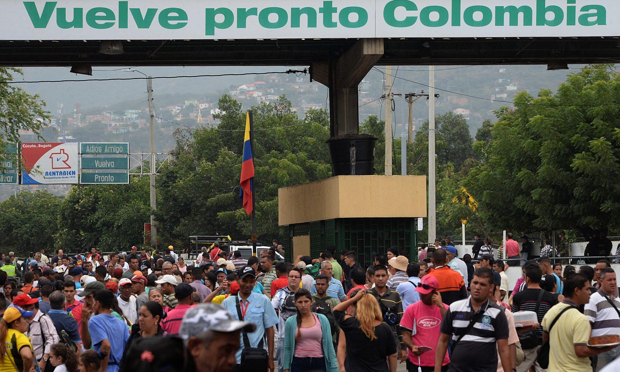 Venezolanos emigran de Venezuela a través de la frontera. Foto: AFP